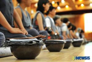 발우공양 체험하는 일본 관음성지 순례단 출처:NEWSIS